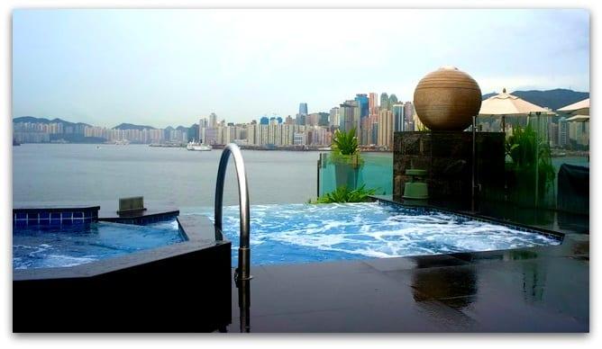 香港洲際飯店為 IHG 的頂級飯店,也適用於 Into the nights 免費住宿。(圖為無邊際 SPA 池)