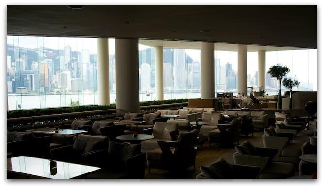 香港洲際飯店大廳的整面落地窗欣賞港景