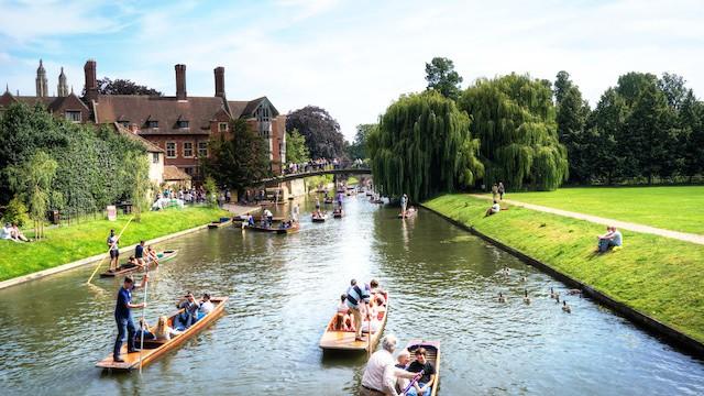 2014年夏,返台探親。點數旅行給了研究生路過英國的機會。撐起長篙,望向蔚藍天空,試著感受徐志摩寫下《再見康橋》時的尋夢心情。(攝於劍橋大學)