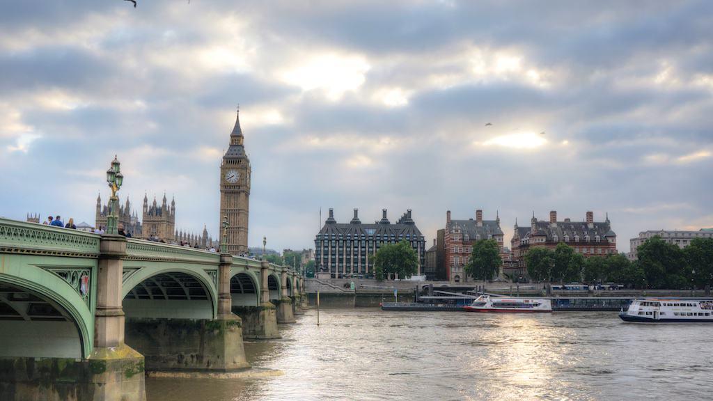 倫敦的青年旅館單人房一晚也要 3000台幣以上,離市區又相對遙遠。若配合 Club Carlson 點數,住在大笨鐘旁邊的大飯店,也是 6,000台幣可以搞定。有旅伴分攤更可攤提價格。(照片攝於 2014年夏天)