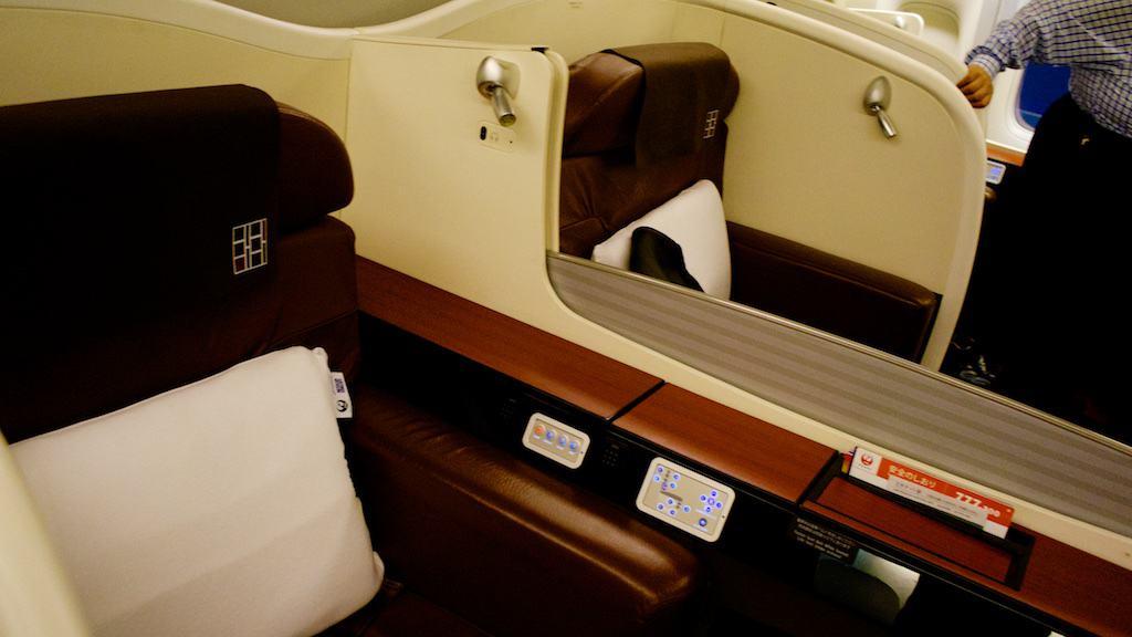中間兩排的座位,中間有小窗戶隔開。若以飛行時的噪音來看,這距離可能還是要用吼的說話。
