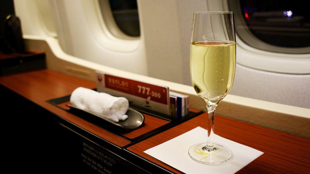 飛機誤點遲遲未飛,空服員只好不斷的上香檳和 oshibori