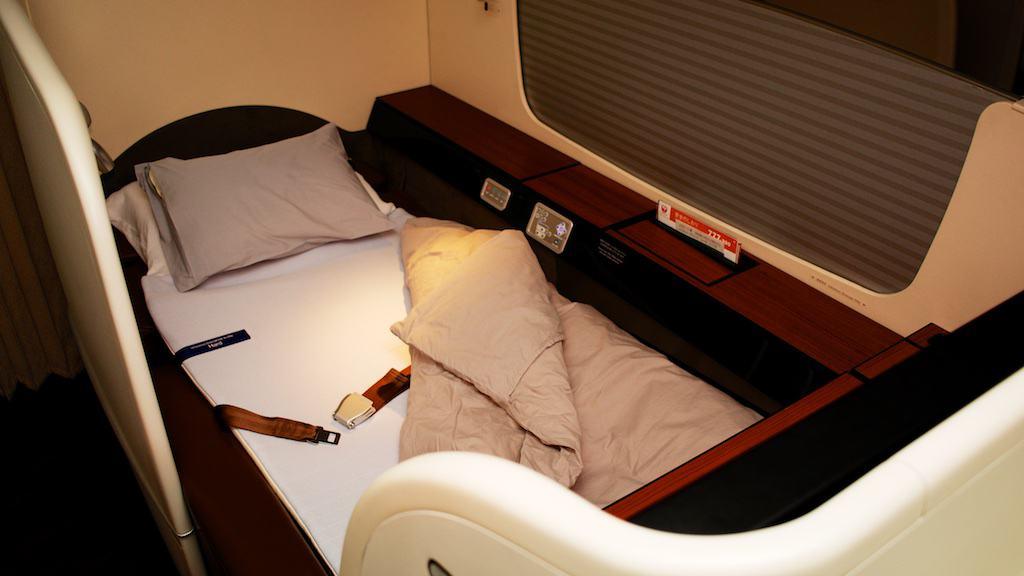 日本航空777-300ER全新頭等艙套房。完全平躺的椅子加上床墊及羽絨被,是一張在兩千英呎高空的床。