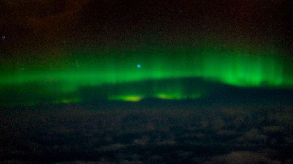 飛經過阿拉斯加時,往外面看到的極光。能在那麼溫暖的地方看極光,也算是種享受吧。