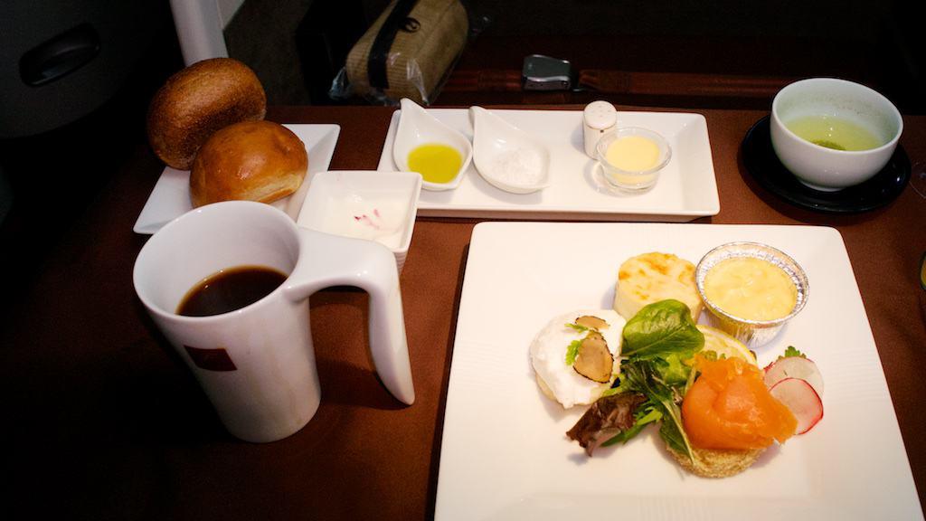 西式早餐的主菜。看起像極了西式晚餐的前菜組合。