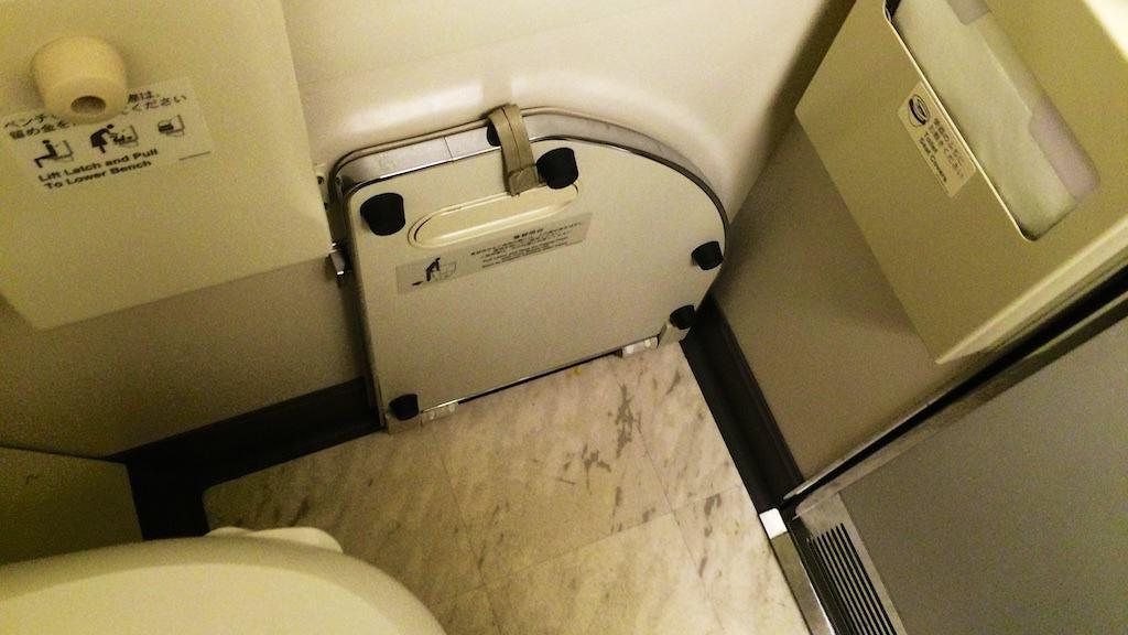 由於每位頭等艙客人都要到廁所換上制服(專用睡衣),這個貼心的設計可以在換衣服時不會直接採到地板上。