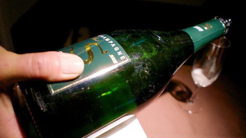 傳說中的香檳 Salon,一瓶要價 $350 美金起跳。可惜研究生的舌頭太頓,喝不出昂貴香檳的美好。
