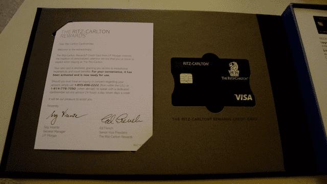 一張 Welcome letter 和 信用卡