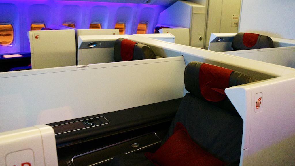國航頭等艙一共八個座位,也是 1-2-1的安排,格局跟日航非常像