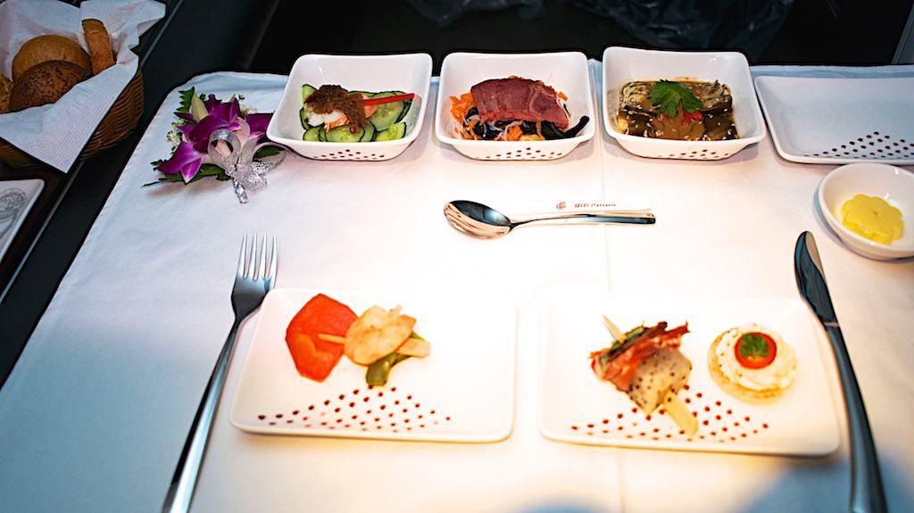 國航頭等艙的前菜和小菜。不得不說那幾道小菜實在好吃,研究生一直續盤的都是小菜。