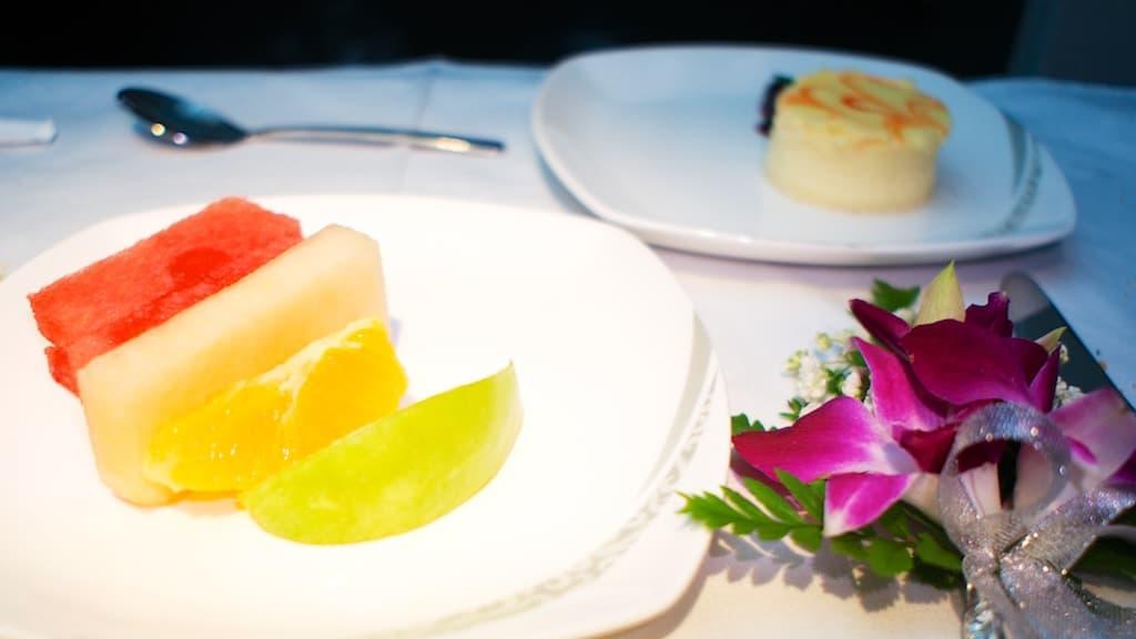 飯後水果和甜點,不知道為什麼空服員一直很堅持要在各個地方放花