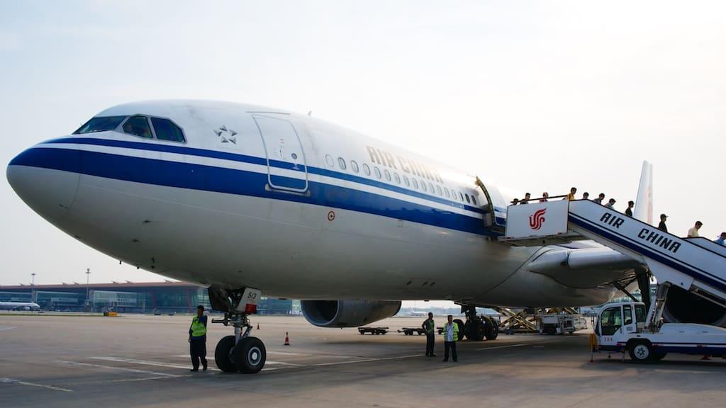 在北京機場等候接駁車時,回頭拍了一下從台北來的國航飛機