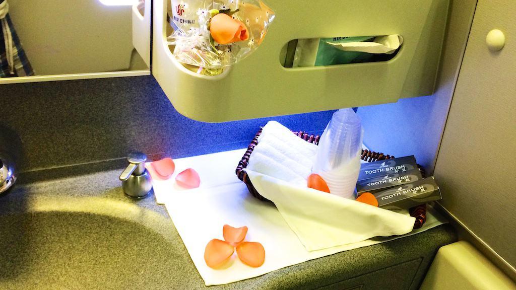 國航頭等艙前方的洗手間,裡面滿滿的花瓣