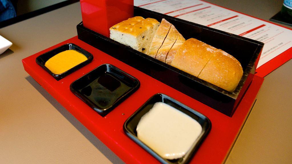 首先端上桌的是麵包和沾醬