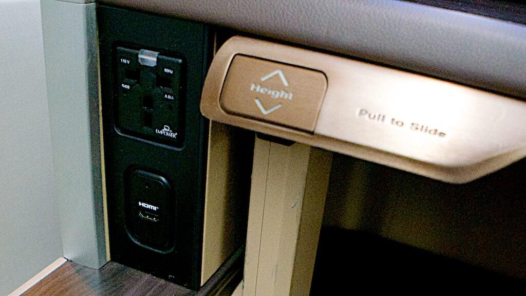 新航新一代頭等艙的餐桌除了可以前後調整外,也可以上下調整。旁邊附了多國插座及HDMI輸入