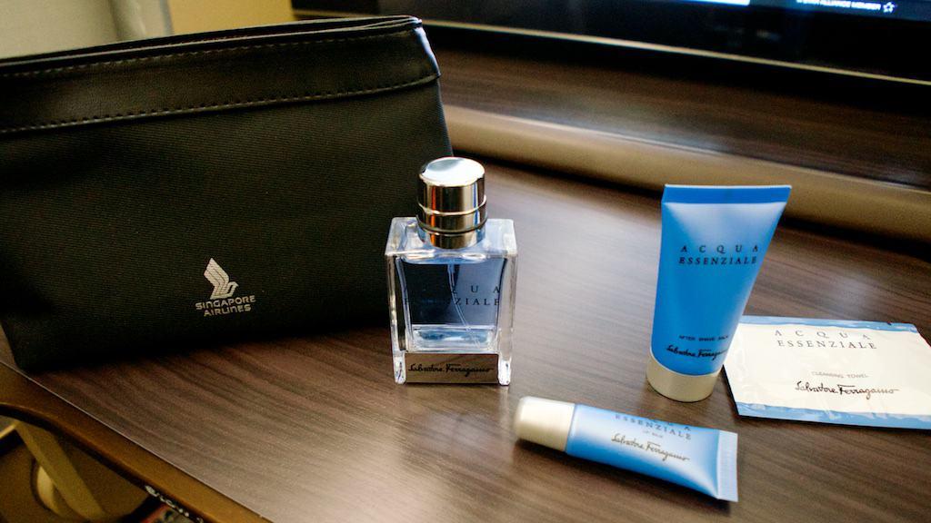新航和Salvatore Ferragamo合作的過夜包,男生用的香水也是給整瓶
