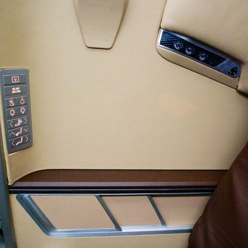 座位靠走道那一側有椅子的控制台,另外也有手持式像 PSP大小的操作。不過電視不是觸控式螢幕