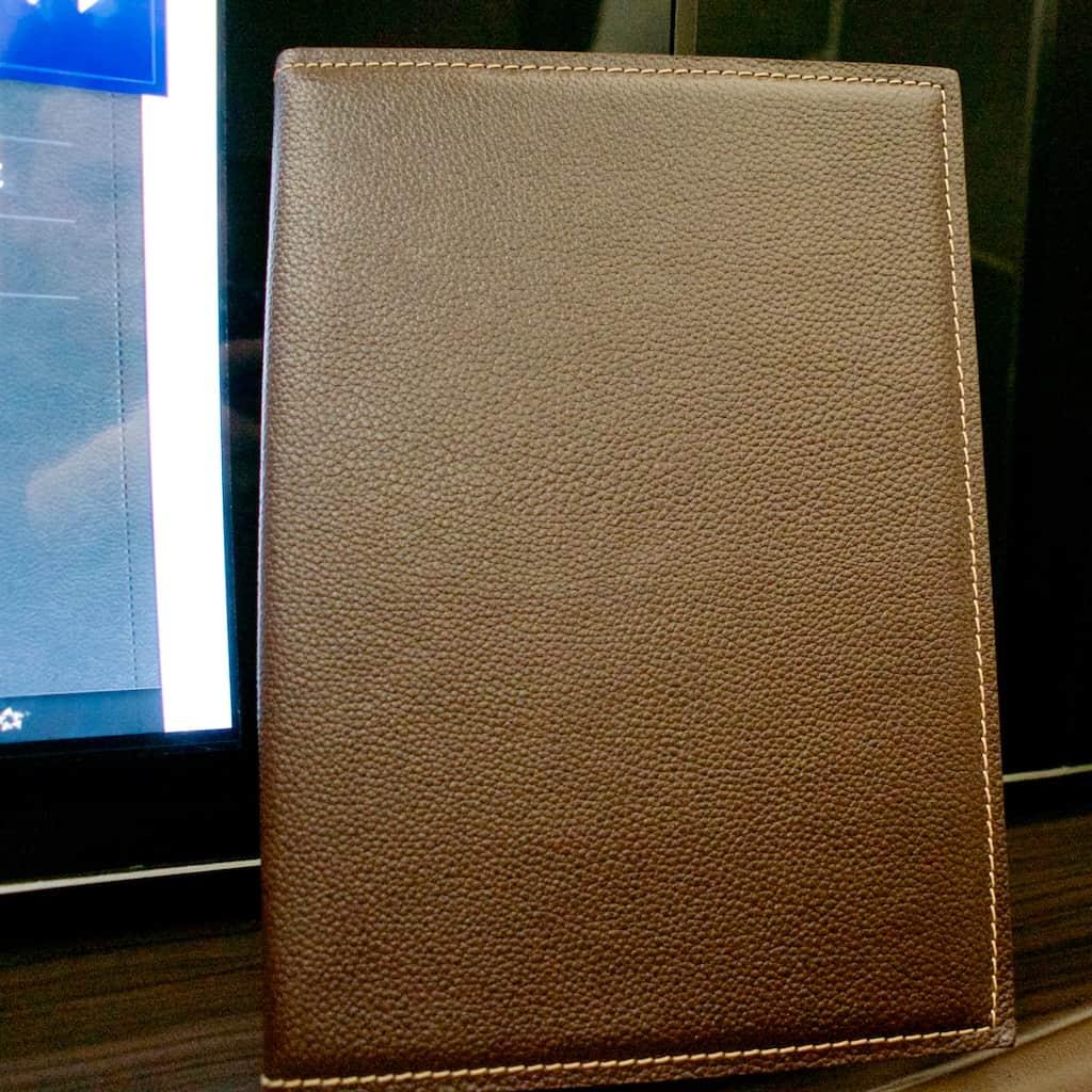 這本看似皮製資料夾是貨真價實的餐點 Menu,比起用一份很有質感的紙印出,真的是有在高級餐廳用餐的感覺