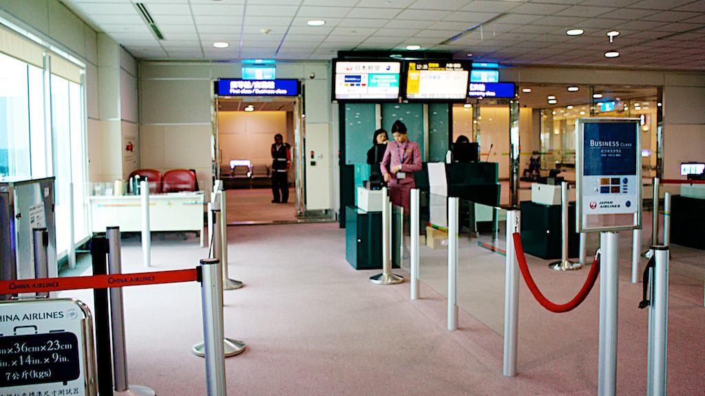 商務艙的旅客依照慣例的跟寶石們一起登機,不過商務艙旅客實在很少