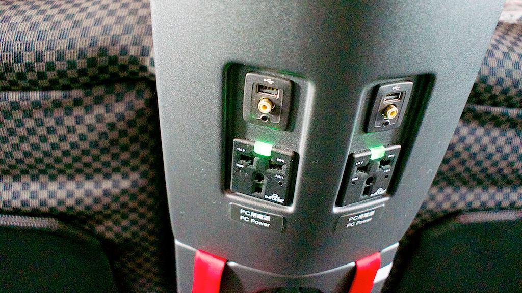每個座位都有附充電插座,還有很復古的AV端子影像輸入