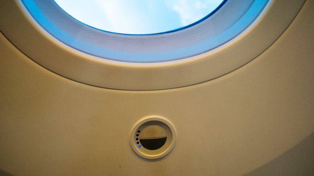 波音787 的窗戶有個遙控,可以調整窗戶的透光程度,讓白天也不會刺眼