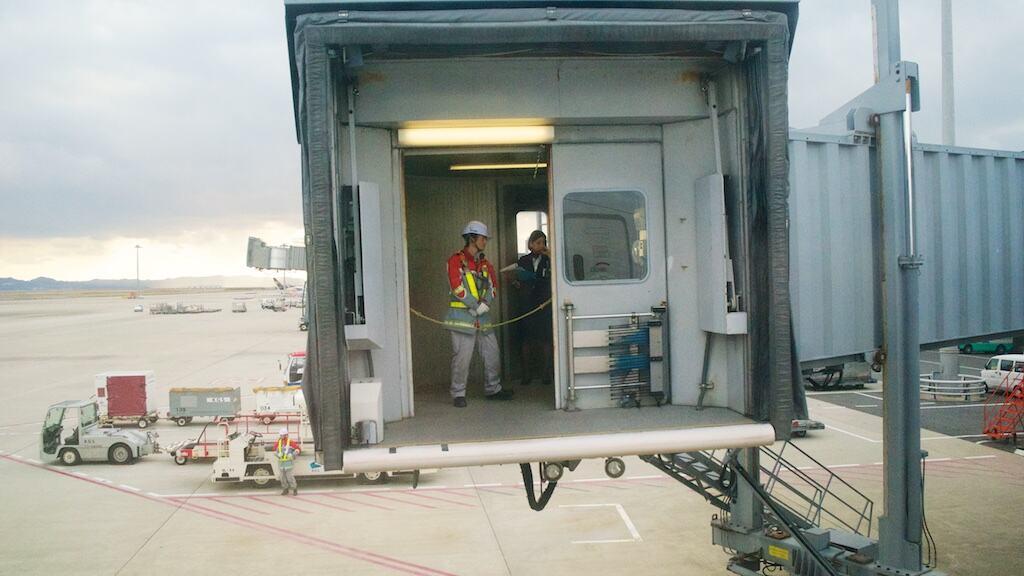 大阪關西機場的地勤準備連接空橋