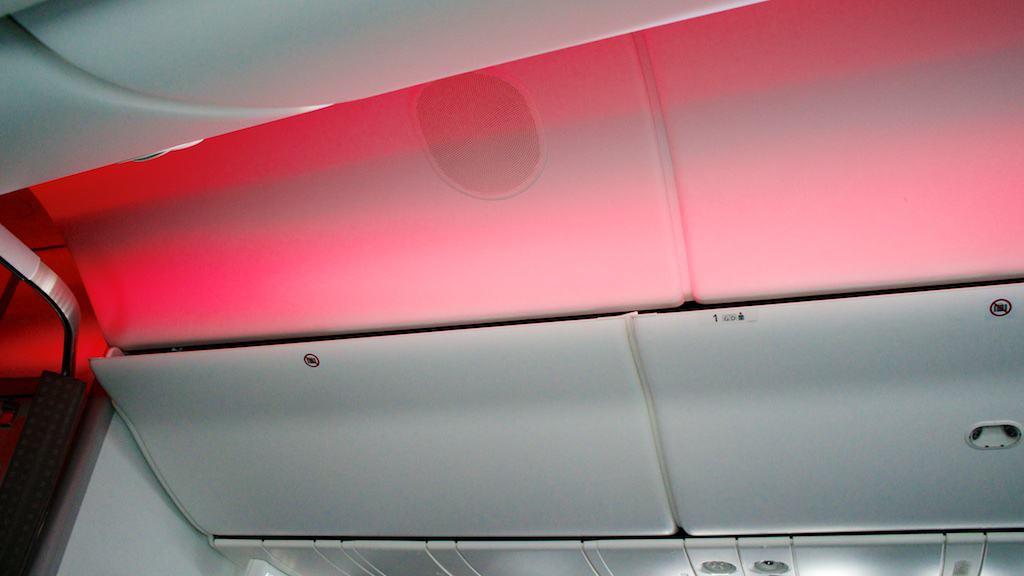 日航 787-800 的天花板顏色,是採用企業形象的紅色