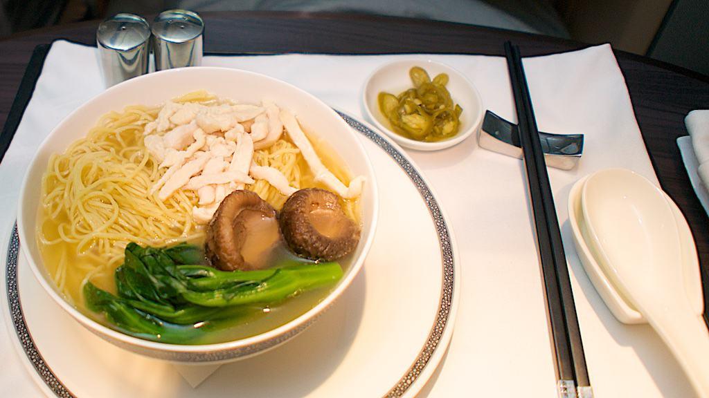 新航新一代頭等艙宵夜輕食雞肉高湯麵