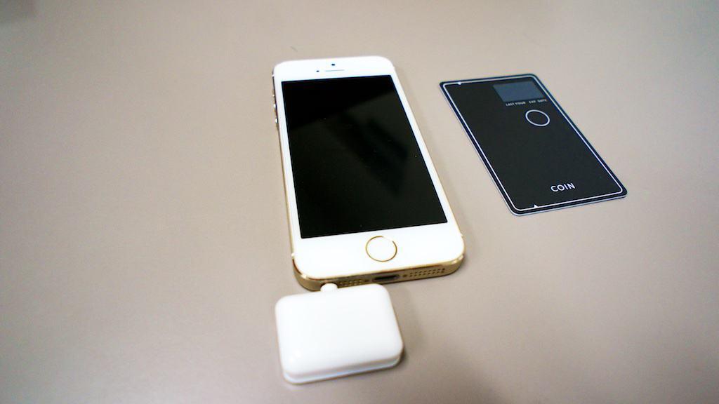 把讀卡機插在耳機孔後,就可以將卡片一一寫入手機中