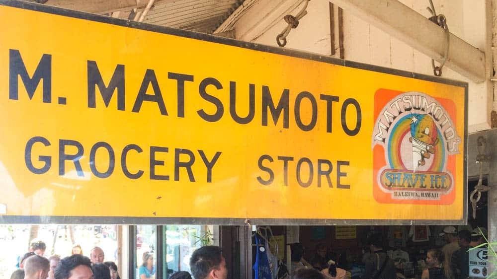 哈雷瓦小鎮最有名的店,是永遠都在排隊的 Matsumoto 彩虹冰(研究生的點數旅行筆記)