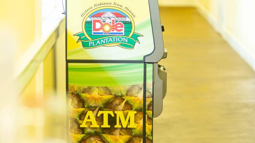在夏威夷的鳳梨園連提款機都十分應景啊(研究生的點數旅行筆記)