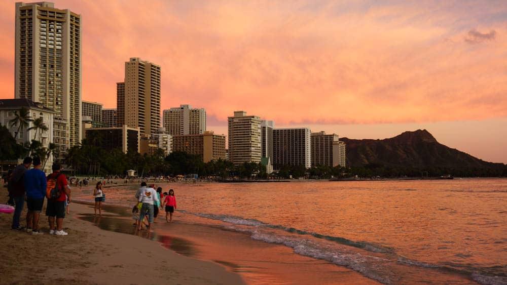 在夏威夷的 Duke 用餐看出去的景色,一次滿足美酒美食,夕陽與沙灘(研究生的點數旅行筆記)