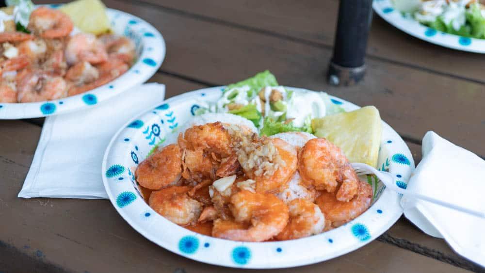 夏威夷北岸的蝦飯很大一盤,實在無法決定口味也沒關係,可以兩種混搭(研究生的點數旅行筆記)