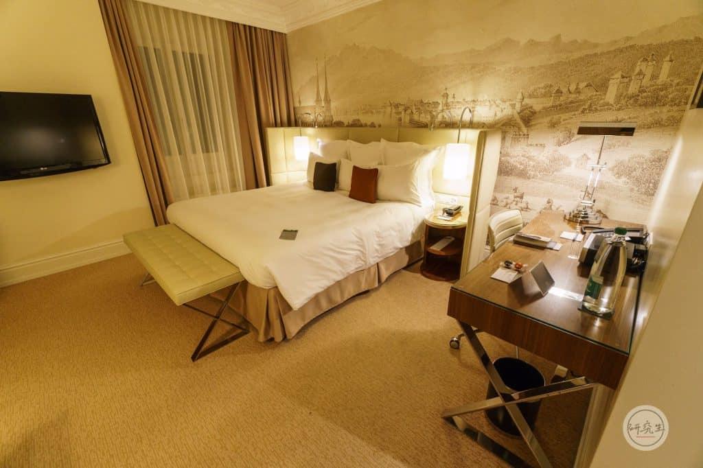 琉森萬麗飯店套房 (Junior Suite King Bed)床及辦公區|研究生