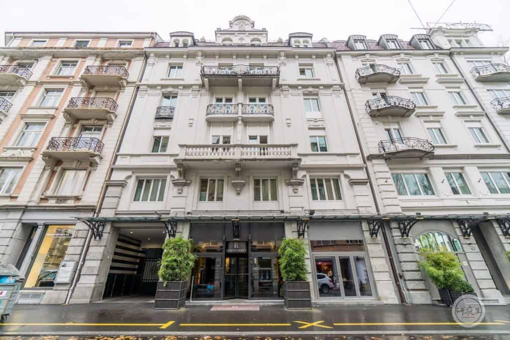 琉森萬麗飯店正面玄關。大廳非常小,正面門口也很小。若是帶大型行李要從旁邊的門進去。|研究生