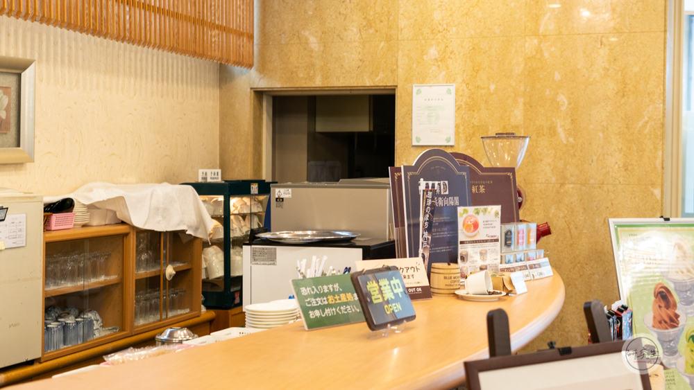 在溫泉旅館大廳來一杯咖啡 享受在日本的異國風情