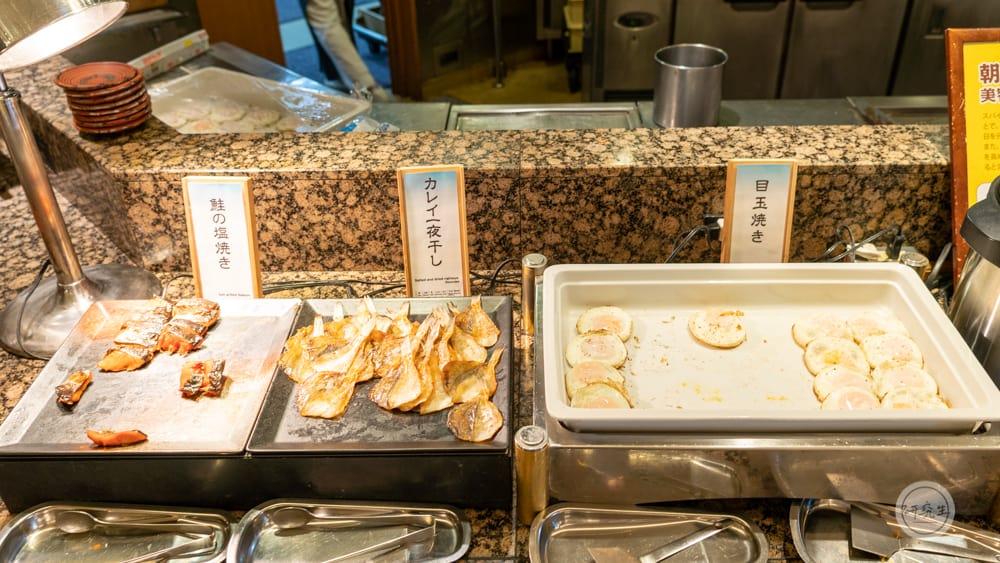 早餐的現做區不同於西式飯店的 而是有新鮮的魚和荷包蛋(有馬溫泉・兵衛向陽閣|研究生)