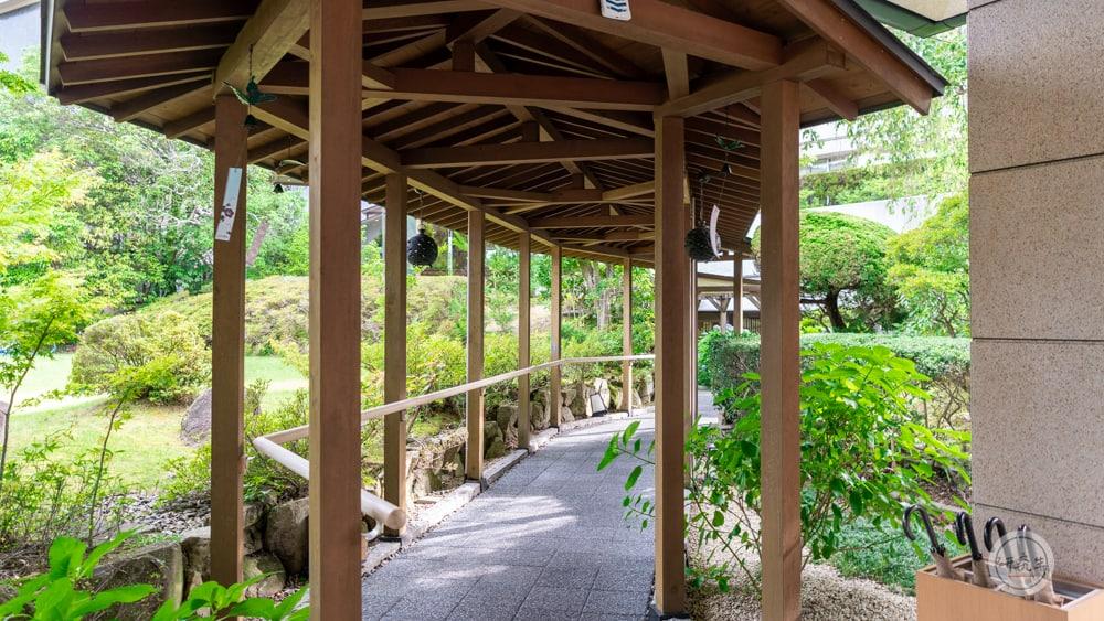 要前往足湯的路上 有個戶外長廊 兩旁有庭園造景和盛開的花(有馬溫泉・兵衛向陽閣|研究生)