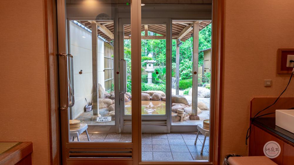 轉個頭就看到外面的包廂浴池 真的是迫不及待的想要泡溫泉了(有馬溫泉・兵衛向陽閣|研究生).jpg