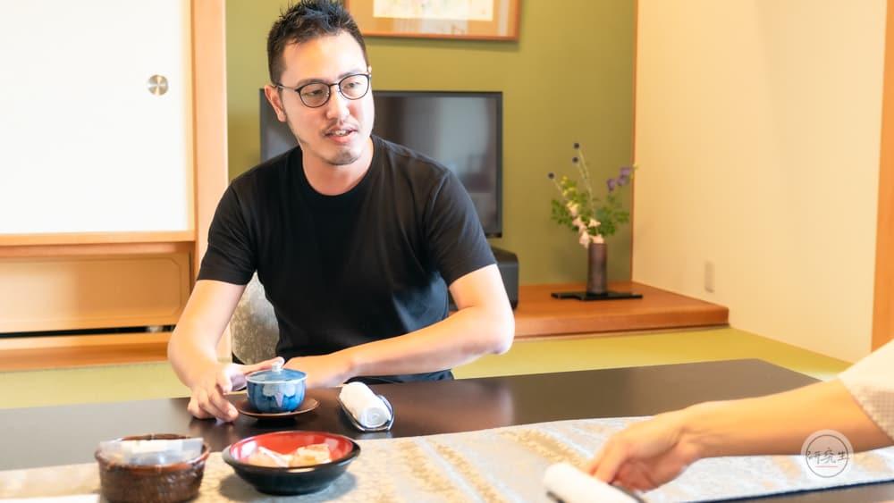 進房間後 服務人員會幫你泡茶讓你可以在房間好好放鬆心情(有馬溫泉・兵衛向陽閣|研究生)