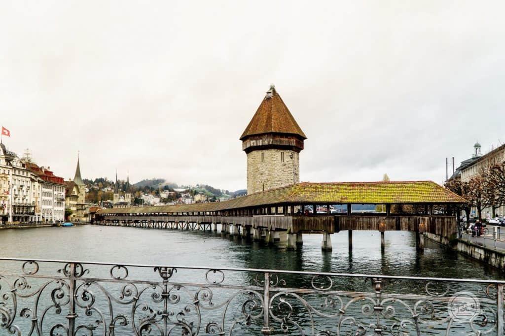 卡貝爾橋 (Chapel Bridge) 必拍的一張照片。就像一隻蠟筆躺在和中央。(瑞士琉森)